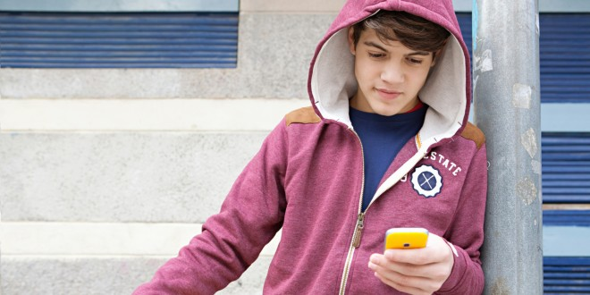 o-teen-boy-using-smartphone-facebook